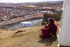 Yarchen Gar Monastery med många förlägga i barack och huset för munkar och nunna Royaltyfri Foto