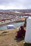 Yarchen Gar Monastery med många förlägga i barack och huset för munkar och nunna Arkivfoton