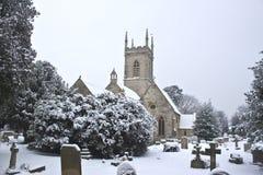 Yard d'église avec la neige Photo stock