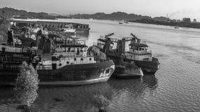 Yard d'expédition sur la rive de Mahakam, Bornéo, Indonésie noire et blanche Images libres de droits