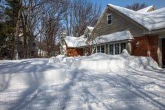 Yard de Chambre de l'Amérique du Nord Residemtial couvert de neige profonde image libre de droits