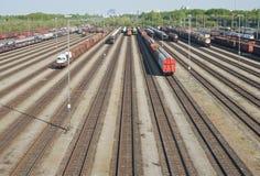 Yard de chemin de fer avec les automobiles neuves Images libres de droits