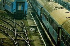 Yard de longeron avec de vieux véhicules de train Photos libres de droits