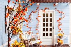 Yard de maison de campagne avec le toit de carrelage, murs en bois bleus Photographie stock