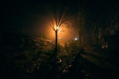 Yard de nuit de brouillard avec la lumière lumineuse sur le fond image libre de droits