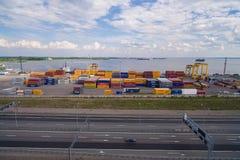 Yard de récipient dans le port maritime Photos stock