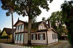 Yard des ordentlichen Holzhauses Lizenzfreies Stockbild