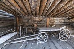 Yard des sibirischen Bauers mit landwirtschaftlichem Maschinerie, Architektur- und ethnographischem Museum ?Taltsy ?, Irkutsk-Reg lizenzfreies stockbild