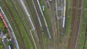 Yard ferroviaire avec beaucoup de lignes ferroviaires et trains banque de vidéos