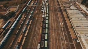 Yard ferroviaire avec beaucoup de lignes ferroviaires et trains de fret Longueur aérienne banque de vidéos