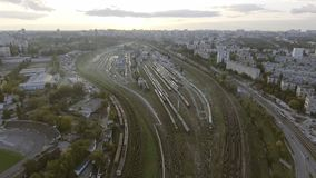 Yard ferroviaire avec beaucoup de lignes ferroviaires et trains Kiev, Ukraine banque de vidéos