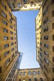 Yard-gut die Ansicht von unten nach oben, die traditionelle Architektur von altem St Petersburg Lizenzfreie Stockfotos