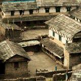 Yard im nepalesischen Dorf Traditionelles nepalesisches Haus, trekki lizenzfreies stockbild