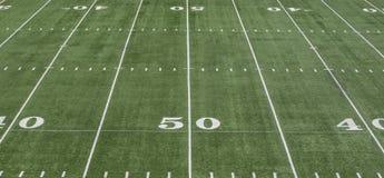 50 yard lijn op groen voetbalgebied stock afbeelding