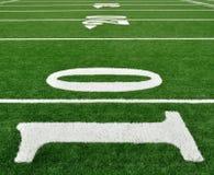 Yard-Line 10 auf amerikanischem Fußballplatz Stockbild
