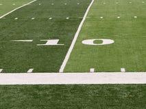 Yard-Line 10 auf Fußballplatz Stockfotos