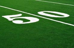 Yard-Line 50 auf amerikanischem Fußballplatz Stockfotos