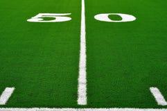 Yard-Line 50 auf amerikanischem Fußballplatz Stockfoto
