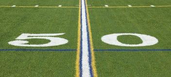 Yard-Line 50 auf einem Fußballplatz Stockfoto
