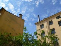Yard mit Terrakotta-mit Ziegeln gedeckt Stockbild