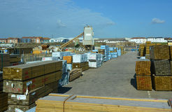 Yard portuaire de bois de construction Photo stock