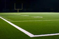 Yard-Zahlen und Linie auf amerikanischem Fußballplatz Stockfotos