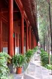 Yarda china del templo con el poste rojo de la casa Fotografía de archivo