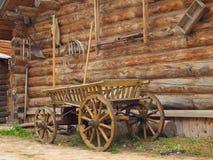 Yarda de la cabaña de madera de madera en el pueblo ruso en el Ru medio Fotografía de archivo libre de regalías