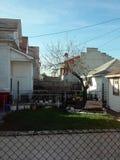 Yarda de la ciudad en la ciudad hermosa de Hamtramck en Michigan fotos de archivo