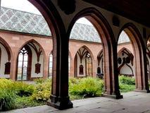 Yarda de la iglesia en Munster, Basilea, Suiza imagenes de archivo
