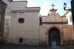 Yarda de la iglesia, religi?n Calle en la ciudad de Lviv Ucrania 03 15 19 fotos de archivo