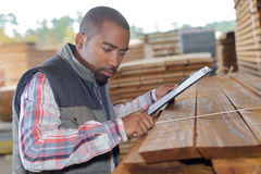 Yarda de madera de construcción del inventario foto de archivo