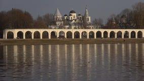 Yarda de Yaroslavovo, tarde nublada de abril Veliky Novgorod, Rusia almacen de metraje de vídeo