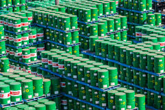 Yarda del almacenamiento de bidones de aceite Foto de archivo libre de regalías