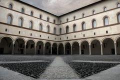 Yarda del castillo en el centro comercial de Milan Italy Imagen de archivo