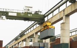Yarda del contenedor para mercancías de la carga de mar Fotos de archivo libres de regalías