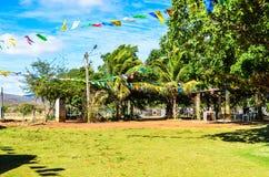 Yarda del jardín adornada con las banderas del partido del ` s de San Juan Imágenes de archivo libres de regalías