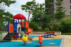 Yarda del juego para los niños en área residencial Imagen de archivo