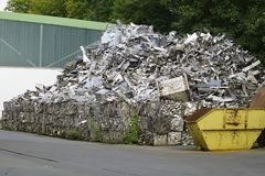 Yarda del pedazo con la basura Imagenes de archivo