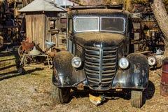 Yarda del salvamento de Front Of Retro Truck In imagen de archivo libre de regalías