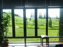 Yarda del verde de la opinión de la ventana del hotel Fotos de archivo libres de regalías