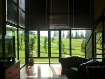 Yarda del verde de la opinión de la ventana del hotel Fotografía de archivo