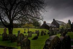 Yarda e iglesia graves antiguas Fotos de archivo