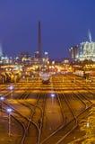 Yarda e industria del ferrocarril en la noche Fotos de archivo