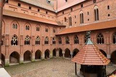 Yarda en el castillo medieval de la orden teutónica en Malbork, Polonia Fotografía de archivo libre de regalías
