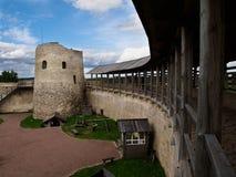 Yarda interior de la fortaleza de Isborsk Foto de archivo
