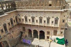Yarda interior de un haveli histórico en Mandawa, la India imagenes de archivo
