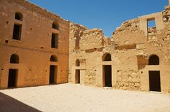Yarda interior del castillo abandonado Qasr Kharana Kharanah o Harrana del desierto cerca de Amman, Jordania Fotos de archivo
