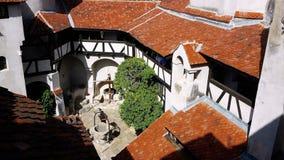 Yarda interior del castillo del salvado conocido como castillo del ` s de Drácula, Rumania fotos de archivo