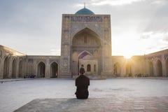 Yarda interna de Kalyan Mosque, parte del complejo Po-yo-Kalyan, en la puesta del sol Bukhara, Uzbekist?n foto de archivo